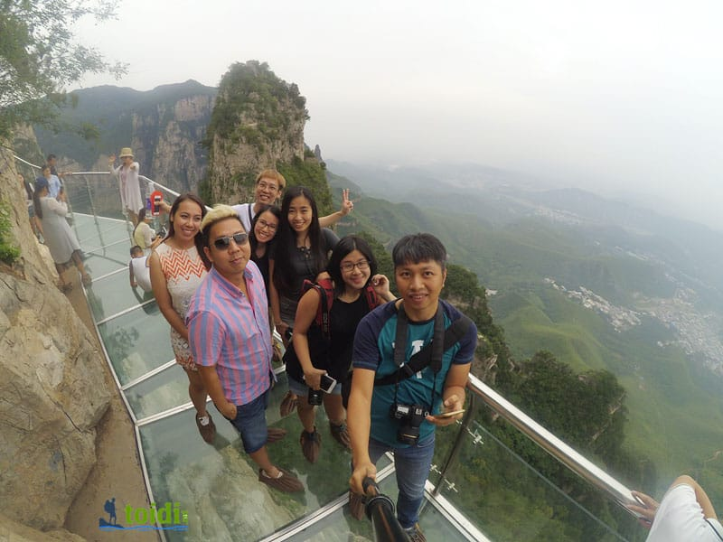 glass sky walk tại Yuntai Moutain