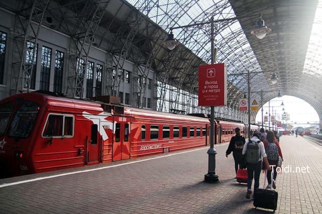 tàu điện ra sân bay