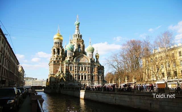 Nhà thờ Máu đổ bên dòng kênh ở Saint Petersburg